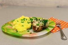 Τηγανισμένα κεφτή με stroganoff το ζωμό και τις πολτοποιηίδες πατάτες Στοκ Φωτογραφίες