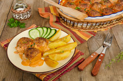 Τηγανισμένα κεφτή στη σάλτσα ντοματών με τις ψημένες πατάτες Στοκ εικόνες με δικαίωμα ελεύθερης χρήσης