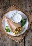 Τηγανισμένα κολοκύθια σε μια σάλτσα ζύμης του γιαουρτιού, του σκόρδου, του άνηθου, του σκόρδου, του αλατιού και του πιπεριού Αγρο Στοκ Εικόνα