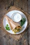 Τηγανισμένα κολοκύθια σε μια σάλτσα ζύμης του γιαουρτιού, του σκόρδου, του άνηθου, του σκόρδου, του αλατιού και του πιπεριού Αγρο Στοκ φωτογραφίες με δικαίωμα ελεύθερης χρήσης
