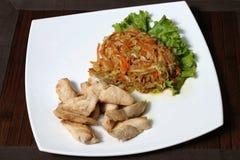 Τηγανισμένα κομμάτια του κοτόπουλου με μια σαλάτα του λάχανου και των καρότων Στοκ φωτογραφία με δικαίωμα ελεύθερης χρήσης