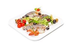 Τηγανισμένα κομμάτια των ψαριών, που εξυπηρετούνται από το λαχανικό & τις γαρίδες Στοκ εικόνα με δικαίωμα ελεύθερης χρήσης