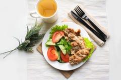 Τηγανισμένα κοτόπουλο και μαρούλι Στοκ εικόνα με δικαίωμα ελεύθερης χρήσης