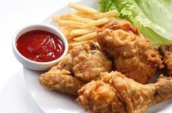 Τηγανισμένα κοτόπουλο και τηγανητά με το κέτσαπ Στοκ εικόνες με δικαίωμα ελεύθερης χρήσης
