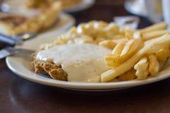 Τηγανισμένα κοτόπουλο μπριζόλα και τηγανητά Στοκ Εικόνες