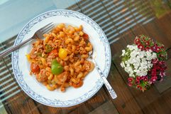 Τηγανισμένα μακαρόνια με το χοιρινό κρέας και τα αυγά στοκ εικόνα με δικαίωμα ελεύθερης χρήσης