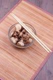 Τηγανισμένα μανιτάρια με chopsticks Στοκ Εικόνες
