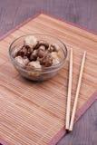 Τηγανισμένα μανιτάρια με chopsticks Στοκ Εικόνα