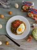 Τηγανισμένα νουντλς που εξυπηρετούνται με το τηγανισμένο αυγό Το επίπεδο τροφίμων βάζει την έννοια Από τη τοπ άποψη σχετικά με το στοκ εικόνα με δικαίωμα ελεύθερης χρήσης