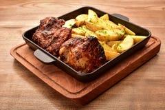 Τηγανισμένα πατάτες και κρέας στον πίνακα στοκ εικόνα με δικαίωμα ελεύθερης χρήσης