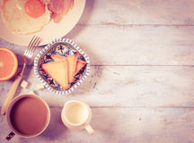 Τηγανισμένα πρόγευμα αυγά και μπέϊκον Τοπ όψη στοκ εικόνα