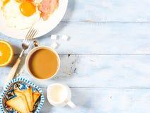 Τηγανισμένα πρόγευμα αυγά υποβάθρου, καφές και τοπ άποψη φρυγανιάς στοκ φωτογραφία με δικαίωμα ελεύθερης χρήσης
