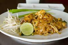 Τηγανισμένα ραβδιά ρυζιού με τις γαρίδες (ταϊλανδικό νουντλς ύφους) στοκ εικόνες