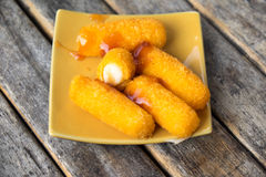 Τηγανισμένα ραβδιά τυριών με το τυρί Στοκ Φωτογραφίες