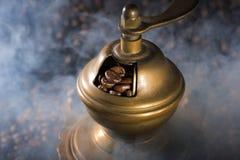 Τηγανισμένα σιτάρια καφέ που φορτώνονται στο μύλο καφέ μια λείανση Στοκ Εικόνα