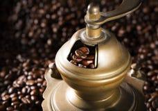 Τηγανισμένα σιτάρια καφέ που φορτώνονται στο μύλο καφέ πριν Στοκ Εικόνα