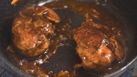 Τηγανισμένα στήθη κοτόπουλου με τη σάλτσα πιπεροριζών και τσίλι σε ένα βίντεο κατσαρολλών απόθεμα βίντεο