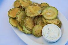 Τηγανισμένα τσιπ κολοκυθιών με το ελληνικό πιάτο ταβερνών tzatziki Στοκ φωτογραφίες με δικαίωμα ελεύθερης χρήσης