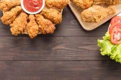 Τηγανισμένα τυμπανόξυλο και λαχανικά κοτόπουλου στο ξύλινο υπόβαθρο Στοκ φωτογραφίες με δικαίωμα ελεύθερης χρήσης