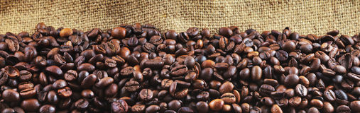 Τηγανισμένα φασόλια καφέ στη γιούτα Στοκ φωτογραφία με δικαίωμα ελεύθερης χρήσης