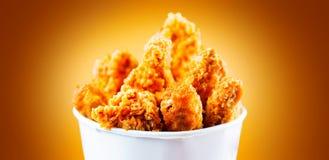 Τηγανισμένα φτερά και πόδια κοτόπουλου Κάδος του τριζάτου τηγανισμένου το Κεντάκυ κοτόπουλου Στοκ Εικόνες