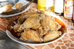 Τηγανισμένα φτερά κοτόπουλου με το άλας Στοκ εικόνα με δικαίωμα ελεύθερης χρήσης