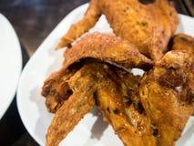 Τηγανισμένα φτερά κοτόπουλου στο άσπρο πιάτο Στοκ φωτογραφία με δικαίωμα ελεύθερης χρήσης