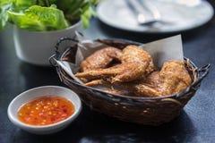 Τηγανισμένα φτερά κοτόπουλου στο καλάθι, και γλυκόπικρη σάλτσα με το τσίλι για την εμβύθιση κοτόπουλου στοκ φωτογραφία με δικαίωμα ελεύθερης χρήσης