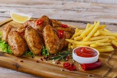 Τηγανισμένα φτερά κοτόπουλου με την κόκκινη σάλτσα Στοκ εικόνες με δικαίωμα ελεύθερης χρήσης
