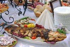 Τηγανισμένα ψάρια με τα λαχανικά και το λεμόνι Στοκ Εικόνα