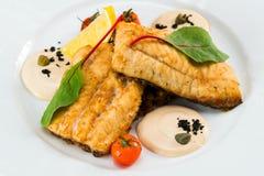 Τηγανισμένα ψάρια με τα λαχανικά με τη σάλτσα στοκ φωτογραφίες με δικαίωμα ελεύθερης χρήσης