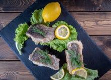Τηγανισμένα ψάρια με τα φύλλα λεμονιών και μαρουλιού στοκ φωτογραφίες με δικαίωμα ελεύθερης χρήσης
