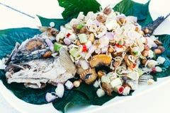 Τηγανισμένα ψάρια με τα χορτάρια Στοκ φωτογραφία με δικαίωμα ελεύθερης χρήσης