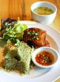 Τηγανισμένα ψάρια με τα hergs και τα λαχανικά ρυζιού Στοκ Εικόνες