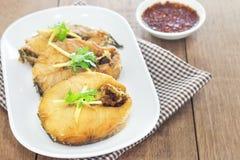 Τηγανισμένα ψάρια με τη σάλτσα τσίλι σε ένα άσπρο πιάτο στοκ εικόνα