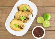 Τηγανισμένα ψάρια με τη σάλτσα τσίλι σε ένα άσπρο πιάτο στοκ εικόνες