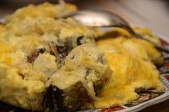Τηγανισμένα ψάρια με τη σάλτσα τυριών με το κουτάλι στο πιάτο Στοκ Εικόνα