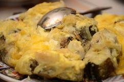 Τηγανισμένα ψάρια με τη σάλτσα τυριών με το κουτάλι στο πιάτο Στοκ φωτογραφία με δικαίωμα ελεύθερης χρήσης