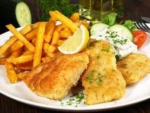 Τηγανισμένα ψάρια με τις τηγανιτές πατάτες στοκ εικόνες