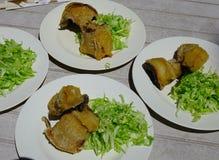 Τηγανισμένα ψάρια με το λαχανικό στο πιάτο για το μεσημεριανό γεύμα στοκ φωτογραφία με δικαίωμα ελεύθερης χρήσης