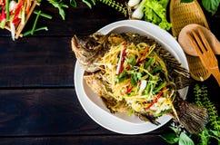 Τηγανισμένα ψάρια που ολοκληρώνονται με την τηγανισμένες πιπερόριζα και τη σάλτσα στοκ φωτογραφίες με δικαίωμα ελεύθερης χρήσης