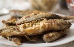 Τηγανισμένα ψάρια σε ένα άσπρο πιάτο Στοκ Φωτογραφίες