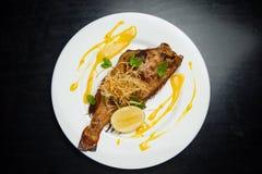 Τηγανισμένα ψάρια σε ένα πιάτο με το λεμόνι στοκ εικόνες με δικαίωμα ελεύθερης χρήσης