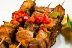 Τηγανισμένα ψάρια στη σάλτσα λεμονιών και μεντών στα οβελίδια τεμαχισμένο τετράγωνο BBQ μεσημεριανό γεύμα Στοκ Εικόνα