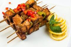 Τηγανισμένα ψάρια στη σάλτσα λεμονιών και μεντών στα οβελίδια τεμαχισμένο τετράγωνο BBQ μεσημεριανό γεύμα Στοκ εικόνα με δικαίωμα ελεύθερης χρήσης