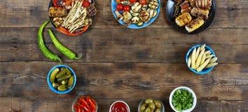 Τηγανισμένα ψημένα στη σχάρα λαχανικά στα πολύχρωμα ινδικά κύπελλα, τοπ άποψη Στοκ εικόνα με δικαίωμα ελεύθερης χρήσης