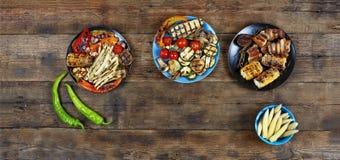 Τηγανισμένα ψημένα στη σχάρα λαχανικά στα πολύχρωμα ινδικά κύπελλα, τοπ άποψη Στοκ Φωτογραφία