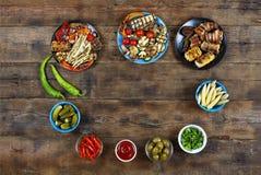 Τηγανισμένα ψημένα στη σχάρα λαχανικά στα πολύχρωμα ινδικά κύπελλα, τοπ άποψη Στοκ εικόνες με δικαίωμα ελεύθερης χρήσης