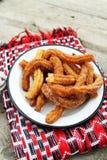 Τηγανισμένα churros με τη ζάχαρη cinnamom και τη σάλτσα σοκολάτας Στοκ εικόνα με δικαίωμα ελεύθερης χρήσης