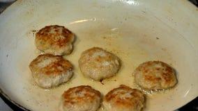 Τηγανισμένα Cutlets χοιρινού κρέατος στο τηγάνισμα του τηγανιού απόθεμα βίντεο